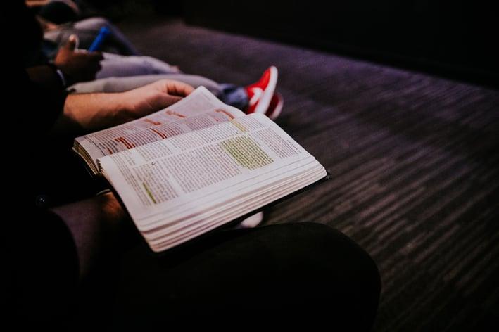 Consejos para escuchar el servicio dominical en línea